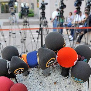 Özbekistan Devlet Televizyonu yönetimi, bünyesinde çalışan gazetecileri, katıldıkları basın toplantılarında kendi istedikleri soruları serbestçe sormamaları konusunda uyardı. Aralık 2014. Gazetecilerin sorularını basın toplantısından önce yönetime bildirmeleri gerekiyor. Fotoğraf:www.medyaloji.net