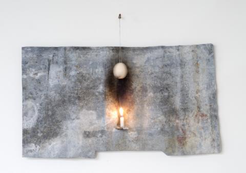 İsimsiz, Pier Paolo Calzolari, 1979. Arte Povera hareketinin üyelerinden İtalyan sanatçı Pier Paolo Calzolari'nin (1943-) ilgisi ışık, madde ve zaman üzerinde toplanıyor. Buz, ateş, tuz, kalem kurşunu, su, bakır, neon, yosun, çeşitli kuş tüyleri, gül, yumurta, tütün yaprakları , duman gibi farklı elemanları bir arada kullanarak yaptığı genelde kısa ömürlü, süreçsel enstalasyonları sanatçının karakteristik ögelerinden. Fotoğraf: www.artribune.com