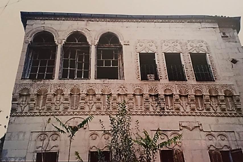 Bugün Mustafapaşa adını almış olan Sinasos, 1920'li yıllara kadar halkının çoğunluğu Rumlardan oluşan, üç bin nüfuslu bir Kapadokya kasabasıydı. 19. yüzyılın sonları ve 20. yüzyılın başlarına tarihlenen eski Rum evlerinin oldukça zengin taş işçiliği vardır. Ustalar Karadenizlidir. Fotoğraf: Füsun Kavrakoğlu