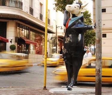 Dünyanın en büyük açık hava sanat gösterisi olan Cow Parade (İnek resmi geçidi) dünyanın 39 büyük şehrinden sonra Ağustos 2007'de İstanbul'a geldi. Proje iş dünyası, tasarımcı, sanatçı ve halkı bir araya getiriyor. Tasarım ve sanat konusunda kendine güvenen, uygulamayı da başarılı yapacak herkes Cow Parade'e katılabiliyor.                                                      Dünyada İnek heykellerine desen veren sanatçılar içinde Vivienne Westwood, Chantal Goya, Christian Lacroix, Sir Norman Foster, David Lynch gibi bir çok ünlü isim var. Sergi her şehirde bir kez yapılabiliyor. Müzayede ile satılan ineklerden elde edilen gelir belirlenen vakıflara bağış olarak aktarılıyor. Bugüne kadar 15 milyon doların üzerinde değişik vakıf ve derneklere yardım aktaran bir etkinlik olmuş Cow Parade. 150'ye yakın inek heykeli, İstanbul'un en hareketli yerlerinde sergilenerek üç ay boyunca şehri süsledi. Fotoğraf:www.veteknoloji.net