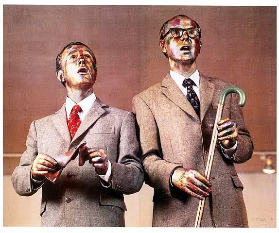 Şarkı Söyleyen Heykel, Gilbert Proesch ve George Passmor, ilk sergilenişi 1969, Londra, Cable Street. Çift, 1967 yılında Londra'daki St. Martin's Sanat Okulu'nda bir araya gelmiş. Beş parası olmayan ikili, metalik makyaj yaparak iki bronz heykel gibi olmuşlar. Bu performansı ellerini ve yüzleri metalik boya ile renklendirerek, üniformaları haline gelen, üzerlerine tam oturan flanel elbiseler giyerek ve ucuz bir masanın üzerinde, robotlar gibi durarak; önlerinde duran tahta kutudan yükselen Flanagan ve Allen'in parçası Underneath the Arches eşliğinde pek çok kez, değişik ortamlarda tekrarlamışlar. Parça bittiğinde, aşağı inip müziği yeniden başlatmışlar. Kendilerini performans sanatçısı olarak değil, yaşayan heykeller olarak tanımlamışlar; performanslarının genelde resim ve heykele karşı; okullarındaki erkeksi çelik heykellerin ustası ve hocası olan Anthony Caro'ya; Fluxus hareketine; 1960'ların gözdesi Minimalizm'in indirgeyici estetiğine bir başkaldırı olduğunu belirtmişler. Şarkı Söyleyen Heykel, Gilbert ve George'un alameti farikası olmuş. 1980'lerde ürettikleri fotoğraf-kolajların da özünü oluşturmuş. Çağdaş sanatın sergilendiği en eski festival olan Venedik Bienali'nde, 2005 yılında, Britanya'yı Gilbert ve George temsil etmiştir. Gilbert ve George, sanat yapıtı ile yaratıcısı arasındaki özdeşliğin bir örneğidir. Fotoğraf:www.andrewgrahamdixon.com