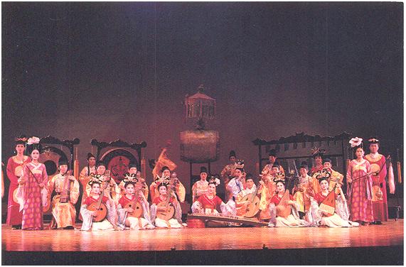 Çin İmparatorluğu'nda, Tang Hanedanı sarayında şölen sofrasına müzisyenler ve şarkıcılar eşlik edermiş. Biz, o dönem müziğini Şangay'da sahnede izliyoruz. Fotoğraf: Füsun Kavrakoğlu