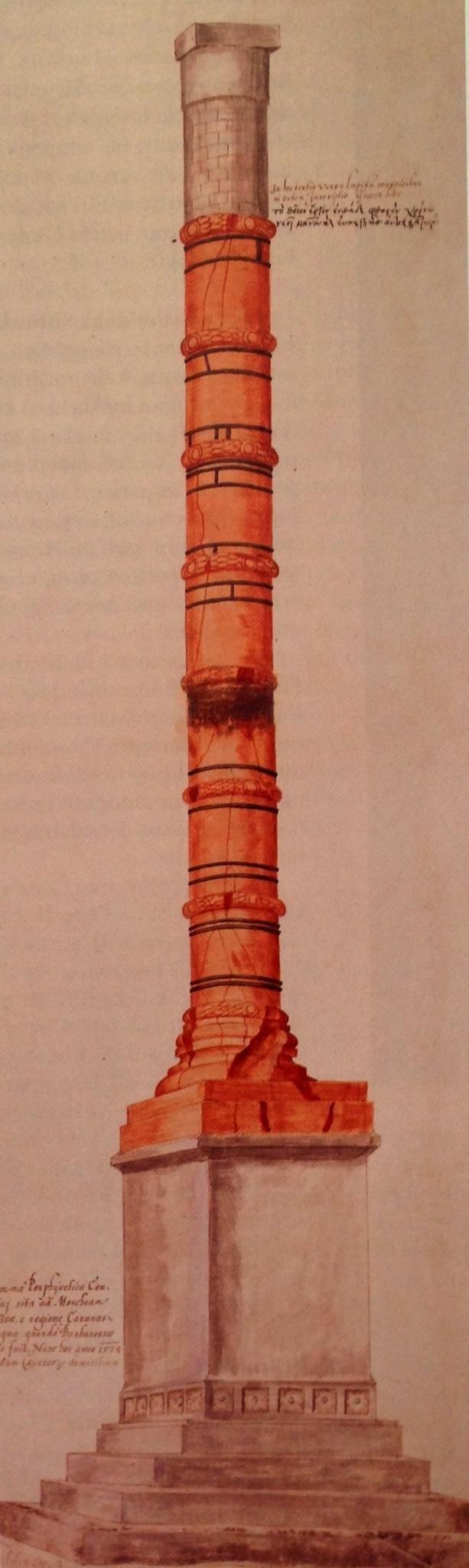 Konstantin Forumu, bugünkü Çemberlitaş'ta I. Konstantin tarafından inşa ettirilir. Kuzey-Güney yönünde oval planlı olduğu ve iki katlı revaklarla çevrili olduğu düşünülüyor. Forum'da senato binası, anıtsal bir çeşme (nymphaeum) ile gümüş işleyen esnaf ve mumcuların dükkanları bulunurdu. Zemini mermer, çevresi heykel ve kabartmalarla süslenmişti. Meydanın iki kemerli girişi vardı. Konstantin, foruma, kendi siparişi olan çok sayıda heykel yerleştirmişti. Eşsiz imparatorluk taşının, yani Mısır'dan getirilen kırmızı somaki mermerden yapılma masif sütunun üzerine dikili, imparatoru güneş olarak canlandıran heykel forumun merkezindeydi. Bu sütunun Roma'daki Apollon Tapınağı'ndan sökülüp getirildiği de söylenir. Bu sütun Yeni Roma'ya dikildiğinde, üzerine Apollon ile aynı pozda, doğuya bakarak güneşi selamlayan Büyük Konstantin'in heykelinin konduğu öne sürülür. Konstantin Sütunu'nun dörtgen kaidesine, imparatorlara adanan bir tapınma yeri yapılır. Yaklaşık 50 metre yüksekliğinde olduğu; porfir sütunun tepesinde İmparator Büyük Konstantin'in heykelinin durduğu; 5. yüzyılda sütundan bir parça kopmasının ardından çemberle güvenlik sağlandığı; 1106'daki fırtınada heykel ile tamburlardan üç parça düştüğü, çok sayıda insanın öldüğü; I. Manuel Komnenos (1143-1180) tarafından onartıldığı; bu onarımda yeni başlık üzerine bir haç dikildiği; 1515'deki yangında çok zarar gördüğü, bu yüzden çemberlerle sağlamlaştırıldığı, bu tarihten itibaren semtin Çemberlitaş olarak anıldığı bilinmektedir. Semte adını veren Çemberli Taş, Yanık Sütun olarak da bilinir. Çemberlitaş semtinin anıt yapıları arasında Binbirdirek ve Şerefiye (Maksima) sarnıçları da sayılabilir.