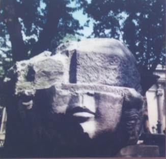 Büyük Konstantin zamanında inşa edilen yapıların görkemi hakkında fikir veren anıtsal kilit taşı. Çemberlitaş'ta bulunan bu kilit taşının, Forum'a açılan büyük bir kemere ait olduğu düşünülüyor. İstanbul Arkeoloji Müzesi. Fotoğraf: Füsun Kavrakoğlu