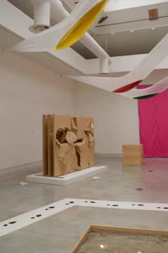 """İkinci Dünya Savaşı sonrası, savaşa reaksiyona odaklanan Gutai grubu, yıkımın estetiğini bir sanat formu olarak belirlemiştir. Psikolojik rahatlama amacı da taşıyan boya kutularını tuvale fırlatmak, kağıt Japon paravanlarında delikler açmak, yırtmak değişim/dönüşüm arzusunu da yansıtmaktaydı. 1962 yılına tarihlenen grubun ikinci döneminde ise daha çok Japonya'da nüfus artışı ve teknolojik gelişme ile oluşan kültürel oluşuma cevap niteliği taşıdı. Geleneksel sergi mekanlarına muhalefet, dış mekanlarda açılan, katılımcı, deneysel sergiler ile gösterildi. Gutai, dağıldıktan sonra da sergileri devam etti. 2009 yılındaki Venedik Bienali'ni ve 2013 yılında Solomon R. Guggenheim Müzesi'ni 25 Gutai sanatçısının 145 eserini misafir eden kurumlara örnek verebiliriz. Fotoğraf: 2009 yılında Venedik Bienali'nde Gutai köşesi. """"Gutai Venice 1"""" by Serwertje - Own work. Licensed."""