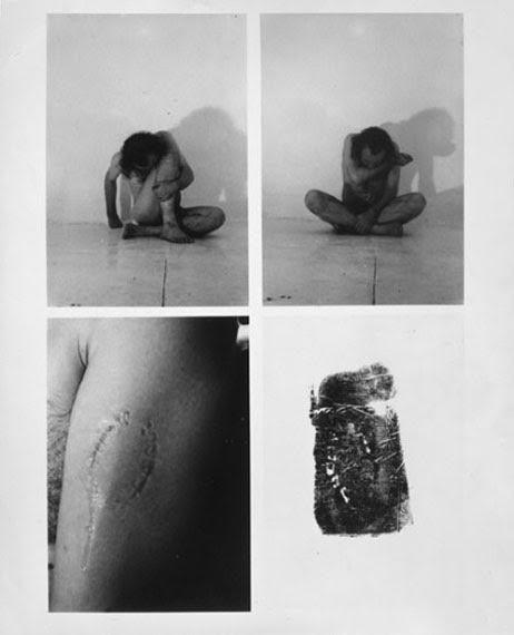 Tescilli Markalar, Vito Acconci, New York, 1970. ABD'li peyzaj mimarı, tasarımcı, Enstalasyon, Video ve Performans sanatçısı Vito Acconci (1940-), çıplak vücudunu ısırarak damgaladığı performansında, kapitalist ekonominin insanı tüketime yönelten itkilerini düşündürmek istemiştir. Fotoğraf: www.photography-now.com