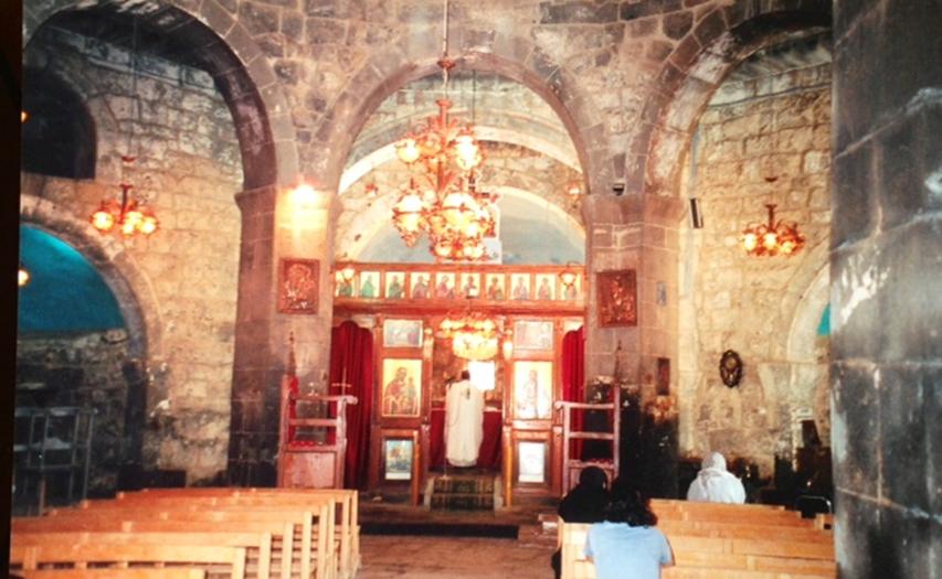 Şam'dan güneye inerken, Bosra yolu üzerinde El Ezra'a kasabasındaki, 5. yüzyıl yapımı Aya Yorgi Bazilikası. İlk merkezi planlı kilise 5. yüzyılda Bosra'da yapılmış ama kubbesi çökmüş. 5. yüzyılda yapılıp ayakta kalan ilk merkezi planlı kubbeli kilise bu. Kubbesi yıkılan kilise ile aynı yüzyılda yapılmış ama yıl olarak bakıldığında daha yeni. Bu kilisenin, üçüncü Aya Sofya'ya örnek olduğu söyleniyor. Burada daha önce bir pagan mabedi varmış. Bu bilgi giriş kapısı üzerinde yer alıyor. Levhanın tarihi ise 515. Fotoğraf: Füsun Kavrakoğlu