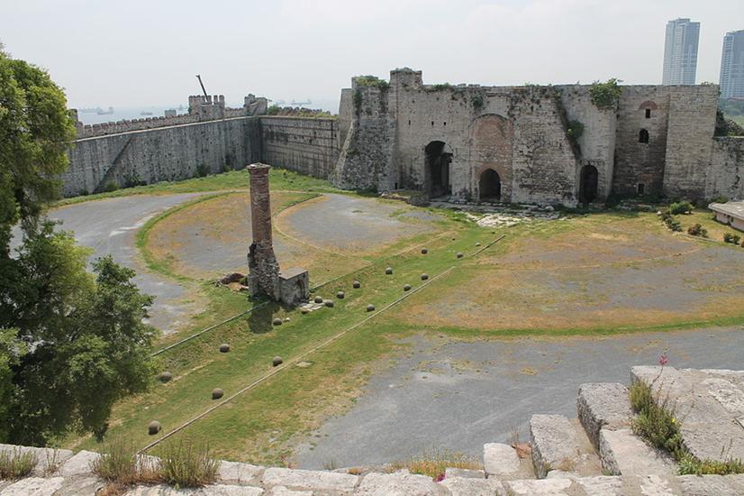 Yedikule Hisarı'nın içinden Altın Kapı. Kapının arkasına inşa edilen beş kuleli hisar, Bizans'ın belli dönemlerinde zindan olarak kullanılmış, Dördüncü Haçlı Seferi sırasında tahrip edilmişti. Sultan II. Mehmet, 1457 yılında hisarı yedi kuleli olarak inşa etti. Hisar Osmanlı çağı döneminde hazine dairesi ve devlet büyüklerinin esaret yeri olarak kullanıldı. Genç Osman (II. Osman) burada esir tutuldu ve yeniçeriler tarafından 1622 yılında idam edildi. Fotoğraf:tr.vikipedia.org