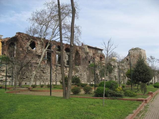 Sahil sarayı konumundaki Bukaleon Sarayı'nın korunan cephesi, Ahırkapı ile Kumkapı arasındaki Çatladıkapı Mahallesi'ndeki Bizans surlarının üzerinde görülebilmektedir. Günümüze, İmparator İskelesi'nin kemeri; 6. yüzyıldan kalma konsollu bir cephe (cumba, Bizans etkisi ile oluşmuş bir mimari ögedir); mozaikli, duvarları mermer bir salon kalmıştır. Sarayın döşeme mozaiği, bugünkü  şehir kotunun 4.5-5 m altında bulundu. Mozaikler 6.-7. yüzyıllara tarihleniyor. Sultanahmet'te, Mozaik Müzesi'nde görmek mümkün. Fotoğraf:tr.wikipedia.org