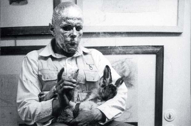 Ölü Bir Tavşana Yapıtlar Nasıl Anlatılır, Joseph Beuys, Düsseldorf, 1965. Beuys bu performansında ölü bir tavşana sanat anlatmanın, uygarlaşmış insana dert anlatmaktan daha kolay olduğunu ima ediyor. Fotoğraf:sanatatak.com