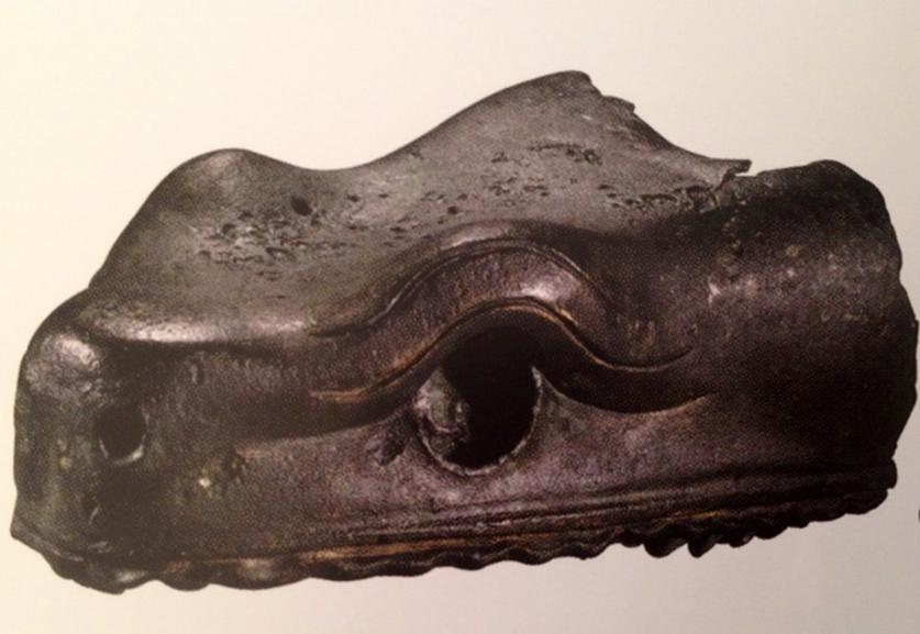 İstanbul Arkeoloji Müzeleri'nde sergilenmekte olan, günümüze ulaşabilmiş tek bronz yılan başı. Fotoğraf: Füsun Kavrakoğlu