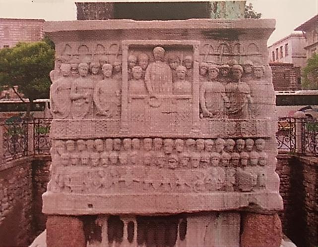 Günümüzde de Sultanahmet Meydanı'nda bulunan Theodosius Dikilitaşı'nın kaidesindeki rölyeflerden biri  İmparator Theodosius ve ailesini, Hipodrom'da katishma'da gösterileri izlerken betimler. Fotoğraf: Fotoğraf: Ortaçağ, Umberto Eco, Alfa/Tarih, 2014.