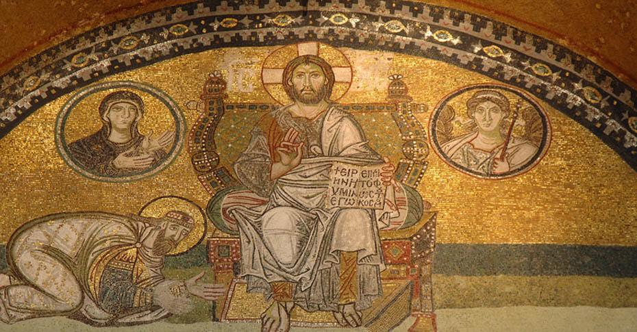 Merkezi anıtsal girişin üzerindeki kemer içindeki mozaikte Bilge VI. Leo olduğu sanılan bir imparator, İsa'nın önünde yere kapanmıştır. Tahtta oturan İsa'nın iki yanındaki madalyonlarda (clipeus) Meryem Ana ile Cebrail vardır. Burada Meryem'e Müjde ile Yakarış temaları bir araya getirilmiştir. Fotoğraf: ayasofyamuzesi.gov.tr