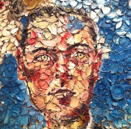 Plate Painting/Tabak Resimleri ile tanınan Julian Schnabel, tabaklarla dekoratif olmayan bir mozaik yapmayı amaçlamıştır. Mozaiği, parçaların bütün içinde eşit oluşu; duyguyu daha dramatik, daha çağrışımsal kılması; yüzeye moleküler bir ağırlık kazandırması; resimselliği reddederken resimselliği içermesi; yüzeyinin özel bir ışık yaratması açısından tercih ettiğini belirtmiştir. Tabak kullanmasının o sırada bir lokantada çalışmasından değil, tabakların işlevsel olmasından kaynaklandığını öne sürmüştür. Schnabel, kırık tabaklardan başka, kumaşlar, çalı çırpı gibi doğal malzemeler de kullanmış, dev boyutlu tablolar da yapmış, sanat tarihinden alıntılarla popüler kültür ögelerini yan yana kullanmıştır. Fotoğraf:abccoolimages.com