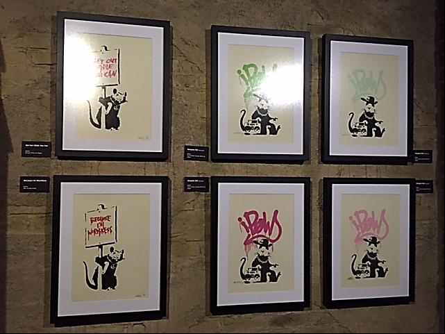 Get Out While You Can, 2004; Because I'm Worthless, 2004 ve Gangsta Rat adlı 2004 tarihli eserler. Şablon sanatçıları belli bir imgeyi tekrarlayabiliyorlar. Banksy'nin elinde pankart taşıyan fareleri buna iyi bir örnektir. Banksy daha sonraki yıllarda bu tekrarları yapmaktan vazgeçmiştir. Fotoğraf: Füsun Kavrakoğlu