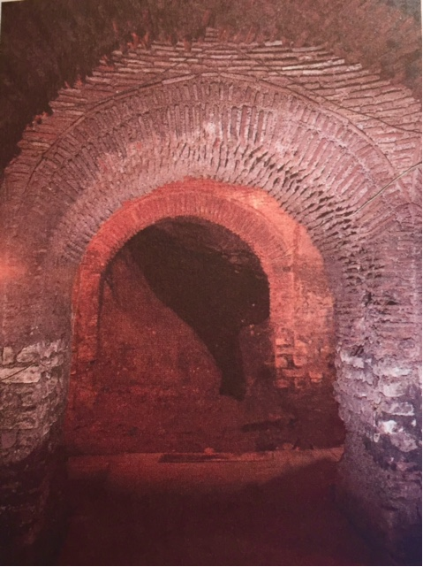 Büyük Saray'ın günümüze ulaşan kalıntıları Sultanahmet'te görülebilmektedir. Bazı restorasyonlar yapılmıştır. Fotoğraf: İstanbul'un 100 Roma, Bizans Eseri, Kültür A.Ş. Yayınları