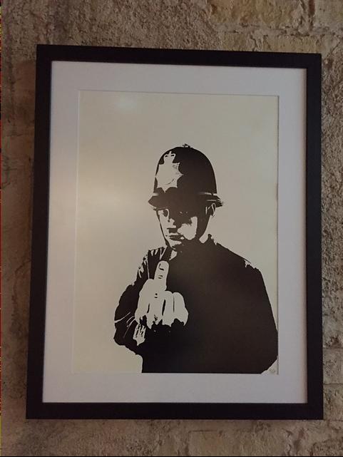 Rude Copper, 2002. Bu, Banksy'nin düzgün bir şekilde organize edilip basılmış ilk resmi. Elli tanesi imzalı olmak üzere 250 adet basılmıştı. Bu baskılar o zaman 40 Pound'a satıldı, şimdi müzayedede 8 bin pound. Fonunda elle yapılmış grafiti bulunan birkaç tanesi ise 13 bin. Fotoğraf: Füsun Kavrakoğlu