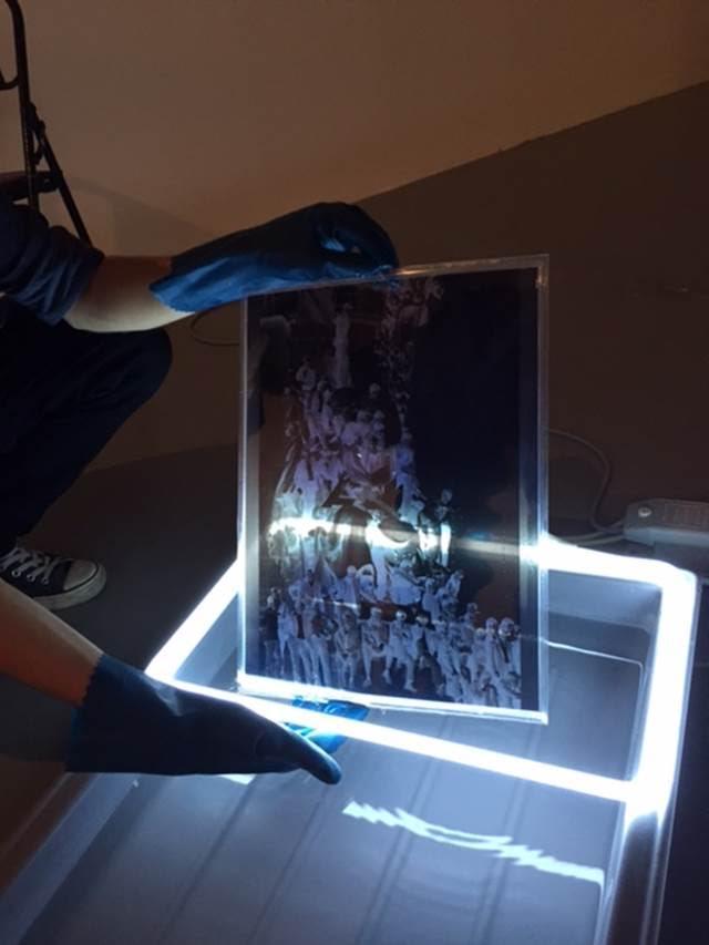 İki Su Tankı, Sarkis, 1968. Sarkis (1938-), 1968'de, yaşadığı Paris'te protestocuların fotoğraflarını çekmiş. Çektiği fotoğrafların negatiflerinin içinde bulunduğu sığ su ve kaplar. Sarkis'in işi plastik kap, su, bronz, negatif ve neon'dan oluşuyor. 14. İstanbul Bienali, İstanbul Modern. Fotoğraf: Füsun Kavrakoğlu
