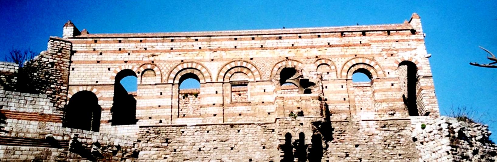 Paleologos Rönesansı'nın tüm ışıltısını yıkıntılarıyla bile yansıtan Tekfur Sarayı. Avluya bakan cephesi çok süslüdür. Fotoğraf: Füsun Kavrakoğlu