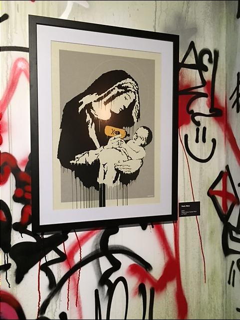 """Toxic Mary, 2003. Yasaklanan ve üzerinde intihar bombasıyla bebek İsa'yı kucaklamış Meryem Ana resminin orijinalinde """"İntihar bombacıları kucaklanmak ister"""" yazıyordu. Bu resim Wall and Piece adlı kitabından çıkarıldı. Fotoğraf: Füsun Kavrakoğlu"""