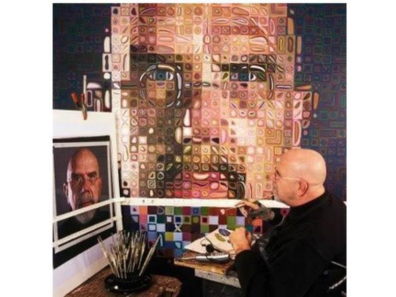 Chuck Close 1988 yılında felç oluyor. Zaman içinde kısıtlı da olsa hareket edebilir hale geliyor ama ancak bileğine bağlı bir fırçayla resimlerini yapmaya devam ediyor. Kullandığı airbrush tekniği, inkjet yazıcıların geliştirilmesine esin kaynağı oluyor. Bu fotoğraf Hiperrealist tabloların yapılış tekniği hakkında da bir fikir vermektedir. Fotoğraf: tanaallen.weebly.com