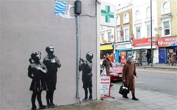 Very Little Helps, Islington, Essex Road. Bu resmin tuval versiyonu 2010 yılında Sotheby's'de eski süper model Jerry Hall tarafından 82.850 sterline satın alınmıştı. Fotoğraf:www.telegraph.co.uk