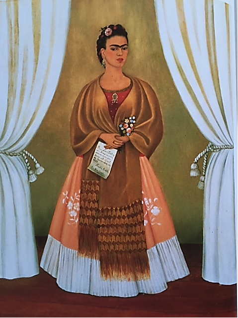 """Frida ile Troçki arasında kısa süreli bir aşk yaşandı. Natalya İngilizce bilmediği için aralarında İngilizce konuşuyorlardı. Okuması için kendisine verdiği kitapların arasına Troçki, Frida'ya yazılmış aşk mektupları koyuyordu. Diego durumun farkında değildi ama Natalya durumu biliyordu. Temmuz 1937'de ayrıldılar. Frida Kasım 1937'de, Troçki'nin doğum günü ve Rus Devrimi'nin yıldönümü için yukarıdaki oto portresini, """"Tüm sevgimle"""" ithafı ile hediye etti. Tablo, Troçki'nin çalışma odasına asıldı. Frida tablonun adını Perdeler Arasında koymuştu. Fotoğraf: Kahlo, Taschen, 1993."""