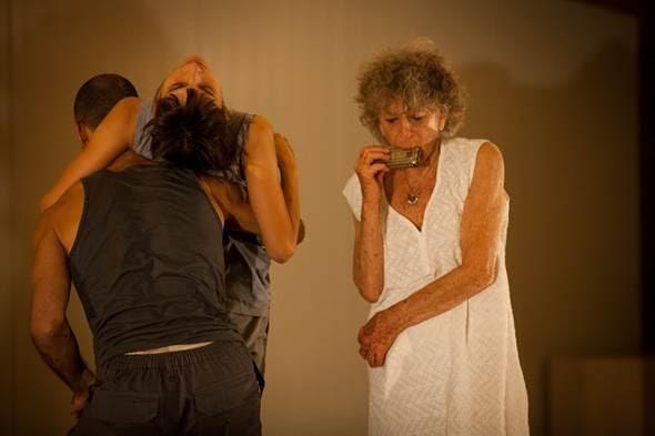 Parades and Changes adlı oyunda, sağda Anna Halprin, 2014. Fotoğraf: www.pcah.us