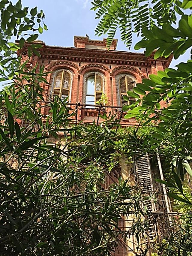 Yanaros Köşkü, bahçesi ve iskelesi, 1850'lerde Büyükada'nın Batı tarafında Nikola Demades tarafından yaptırılmıştır. Lev Troçki, adadaki dört yıllık sürgününün sonlarına doğru, 1932-1933 yılları arasında bu evde yaşamıştır. Fotoğraf: Füsun Kavrakoğlu
