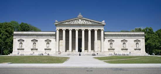 Glyptothek Münih, Bavyera Kralı I. Ludwig'in, sahip olduğu Yunan ve Roma Heykelleri için yaptırmış olduğu müze, 1834 yılında açılmıştır ve ilk kamusal heykel galerisidir. Leo von Klenze tarafından Neoklasik tarzda tasarlanmış olan binanın ön yüzü, bir Antik Yunan tapınağının 19. yüzyıl versiyonudur. Fotoğraf:www.britannica.com
