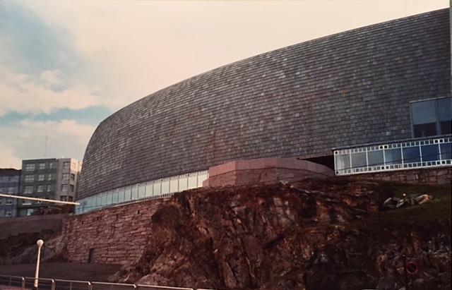 Domus, Museum of Mankind, La Coruna, Galiçya, İspanya. Mimarlar César Portela ve Arata Isozaki, 1991-1995. Minimalist Japon mimar Isozaki, Modernist ustaların yaptığının tam tam tersini yapmakta; biçimleri metafora uğratarak, onları bir araya getiren temel tasarım kurallarını bozmaktadır. Isozaki, kendisini şizo-eklektik olarak tanımlıyor. Isozaki günümüz Japon mimarlığının süper starı olarak kabul ediliyor. Fotoğraf: Füsun Kavrakoğlu