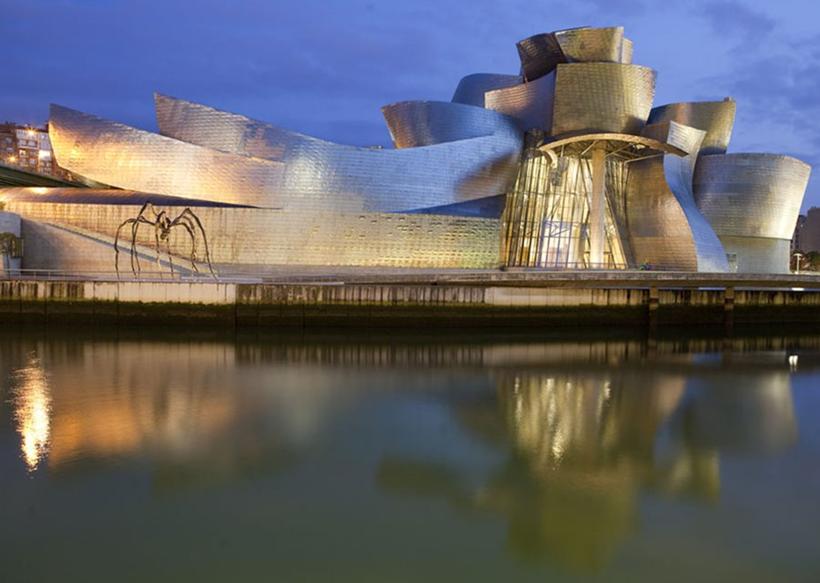 Bilbao Guggenheim Müzesi. İspanya'nın Bask Ülkesi bölgesinde bulunan modern sanat müzesi, Guggenheim Vakfı'nın beş müzesinden biridir. Pritzker Mimarlık Ödülü sahibi bir mimar olan Frank Gehry tarafından tasarlanan ve 1997 yılında tamamlanan bu bina Yapısökümcü mimarinin ünlü bir örneğidir. Fotoğraf: www.insightguides.com/Corrie Wingate.
