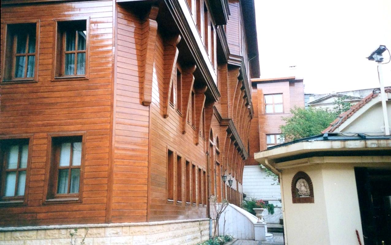 Patrikhane'nin Ayios Yeoryios Kilisesi'ne bitişik olan idari binaları 1941'deki yangından büyük zarar görmüş, 1989 yılında başlanan restorasyon 1991 yılında tamamlanmıştır. Fotoğraf: Füsun Kavrakoğlu