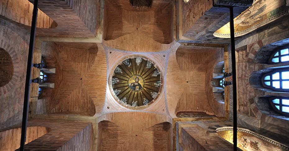 Pammakaristos/Fethiye Müzesi. Yapı topluluğu üç bölümden oluşur: Ana kilise, parekklesion ve dehlizli kısım. Manastıra hamilik yapan ailenin defni ve anısı için inşa edilmiş parekklesion'un (kilisenin yan şapeli, mezar yapısı olarak kullanılır) kubbesinin içten görünüşü. Kubbenin merkezinde Pantokrator İsa vardır. Bu sahnede İsa sağ eliyle takdis işareti yapar. Pantokrator, Kainatın Hakimi demektir. İsa'nın etrafı, dilimlere yerleştirilmiş 12 peygamber ile çevrelenmiştir. Fotoğraf: ayasofyamuzesi.gov.tr