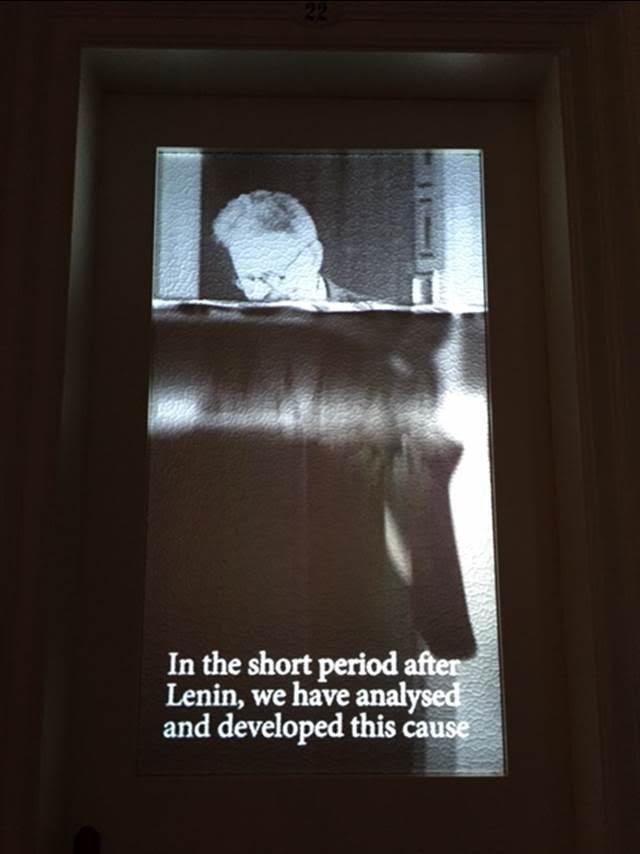 2015 İstanbul Bienali'nde Büyükada Splendid Palas Oteli'nde. İstanbul'un en eski otellerinden biri olan yapı 1908-1911 arasında inşa edilmiş. William Kentridge'in (1955-) otelde sergilenen O Sentimental Machine (Ah, İçli Makine) adlı video projeksiyonunda otelin kendisi, Troçki, sekreteri ve takipçileriyle bir karakter haline geliyor. Tarihin olayları karşısında benliğin parçalanmasına duyarlı olan Kentridge, çok kanallı bir ses ve görüntü enstalasyonu yaratmış. O Sentimental Machine Troçki gibi mektuplar gönderip alarak, sekreterine mesajlar yazdırıp dünyaya göndererek tarihsel olaylara uzaktan katılma duygusunu araştırıyor. Mantıksal argüman ve dilin, tıpkı Troçki'nin ütopyalarının başarısız olması gibi, yolları ayrılıyor; ütopyacı düşüncenin gerekliliği ve imkansızlığı Troçki'nin sekreteri ile megafon arasındaki hayali bir ofis aşkıyla anlatılırken Troçki'nin, insanın duygusal ama programlanabilir bir makine olduğu fikrini temsil ediyor. Troçki'nin Fransızca yaptığı bir konuşma, 1920'lerden Türkçe bir şarkı, eski bir Rus enstrümanı ile üretilmiş müzik, Rumca bir şarkı, Enternasyonal Marşı eserin seslerini oluşturuyor. Fotoğraf: Füsun Kavrakoğlu