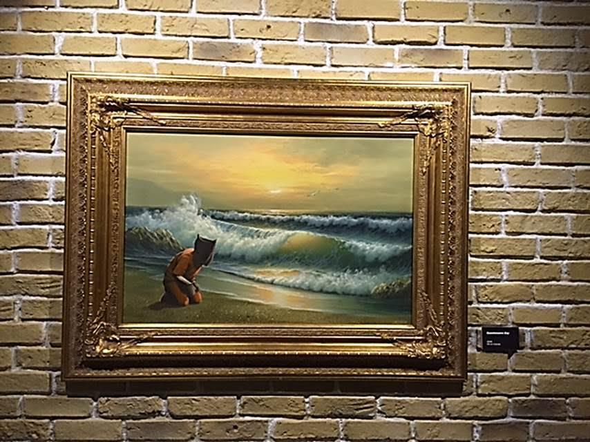 Guantanamo Bay, tuval üzerine yağlı boya, 2006. Banksy 2006 yılında Disneyland'e bir şişme bebekle gitti. Bebeği şişirince turuncu giysili, kelepçeli bir Guantanamo mahkumu ortaya çıktı. Onu tren yolunun yanına dikti. 90 dakika sonra Disneyland bebeği imha etmişti. Banksy'nin bu işleri yaparken kendisini filme çekmiş olduğu söyleniyor. Fotoğraf: Füsun Kavrakoğlu