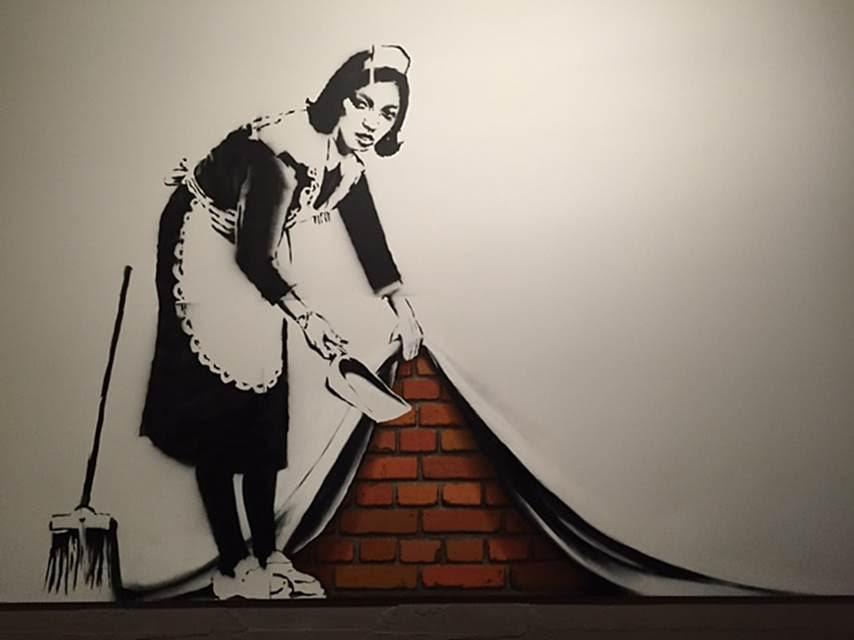 """London Maid, tuval üzerine akrilik, yağlı ve sprey boya, 2006. 2008 yılında New York Sotheby's'de yapılan AIDS kampanyası için yardım toplama müzayedesinde """"halının altına süpürmek"""" temalı bu eser bir milyon 800 bin dolar kaynak sağladı. Fotoğraf: Füsun Kavrakoğlu"""