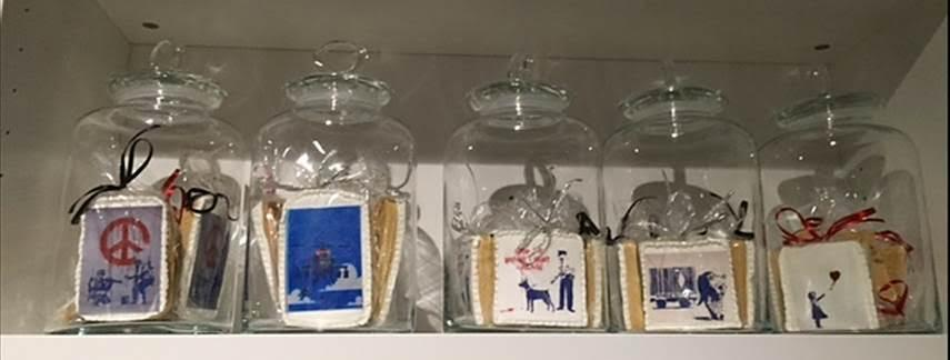 Banksy tasarımlı kurabiyeler, Global Karaköy'de satışta olan Banksy anılarından biriydi. Banksy işlerinin yer aldığı kupalar, yastık yüzleri, tuvaller, bilgisayar kılıfları, telefon kapları, kartlar…..Grafiti Banksy'nin ama Banksy bu işlerden para kazanmıyor. Örneğin kartlarda fotoğrafçı ve kart firması parayı kazanıyor. Banksy, mülkiyet karşısında tavır sergileyerek ün kazandım, telif haklarından söz etmem çirkin olur, demiş mülakatında. Fotoğraf: Füsun Kavrakoğlu