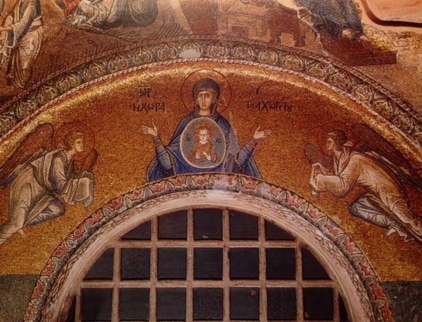 """Dış nartekste giriş kemerinin üzerindeki mozaik tabloda Meryem elleri açık dua pozisyonundadır. Göğsünde, kainatı temsil eden bir daire içinde Çocuk İsa tasviri yer almaktadır. Tabloda, """"Tanrı'nın Anası. Hiçbir yere sığmayanın mekanı"""" yazısı vardır. Meryem'in iki yanında ise birer melek tasviri yer alır."""