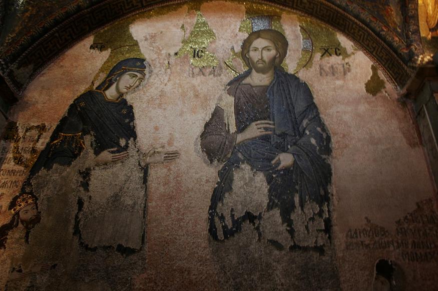 Narteksin güney kubbesinin altında büyük nişte yer alan Deisis sahnesinde Vaftizci Yahya yoktur. İsa ve Meryem'in iki yanında dua eden küçük figürler İsaakios Komnenos ve Altın Ordu Hanı Toktay ile yapmış olduğu evlilikten dolayı Moğolların Hanımı adı verilen II. Andronikos'un kızı Maria'dır. Fotoğraf: gezginhayta.blogspot.com