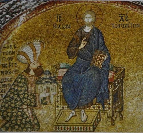 Metokhides kendisini de nartekste, diz çökmüş, kilisesini İsa'ya sunarken betimletmiştir. Fotoğraf: www.flickr.com