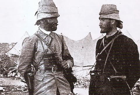 Binbaşı Mustafa Kemal, İttihat ve Terakki tarafından Trablus'a yollanıyor. (Bazı kaynaklar, gönüllü subayların Libya'ya gittiğini yazıyor.) Kendisini kaçırmayı planlayan Arapların karargahı olan cami avlusuna giriyor, din ve vatanseverlik nutku atıyor. Bu, hem tehdit, hem koruma içeren bir konuşma. Arap şeyhini kendi itimat mektuplarını yırtarak etkiliyor. Bingazi'de Şeyh Mansur Osmanlı'ya karşı çıkmakta. Mustafa Kemal, askerlere talim yaptırma numarasıyla şeyhin evini kuşatıyor. Şeyh beyaz bayrak ile teslim oluyor. Şeyhe yeni oluşumun niyetlerini anlatıyor, Halife'ye zarar verilmeyeceğine dair güvence veriyor. Mustafa Kemal Libya'da iken Enver Paşa da Trablusgarp'a gidiyor. 1911 yılında ikisi de Tobruk'ta. Mustafa Kemal, Şeyh Mebre'yi İtalyanlara karşı savaşmaya ikna ediyor. Araplar İtalyanları Türk tüfekleriyle esir alıyor. Araplara savaşmaları için Osmanlı tarafından günde 2 kuruş ödeme yapılıyor, onlar da savaş uzasın diye pek dövüşmüyorlar. İtalyan-Osmanlı anlaşması sağlanınca Mustafa Kemal İtalya, Avusturya, Macaristan, Romanya üzerinden memlekete dönüyor. Mustafa Kemal ve Enver Bey Derne'de. Fotoğraf:www.duzceyerelhaber.com