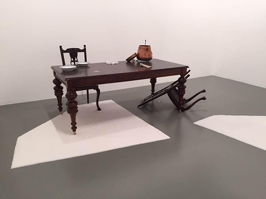 Minik Kuşlar ve Bir İblis, Grace Schwindt, 2015. 14. İstanbul Bienali'nde İstanbul Modern'de yer alan Alman sanatçının enstalasyonunda iri taneli deniz tuzu, antik ahşap masa ve sandalyeler, bakır kazan ve kaseler, gümüş kaşıklar, hoparlörler kullanılmış. Malların tüm dünyada dolaşımının kapitalist özgürlük, bir tıklama ile erişim kolaylığı yanında, işçinin kırılganlığı, düzensizlik, tahrip edici ekonomik ve toplumsal etkiler sorgulanıyor. Fotoğraf: Füsun Kavrakoğlu