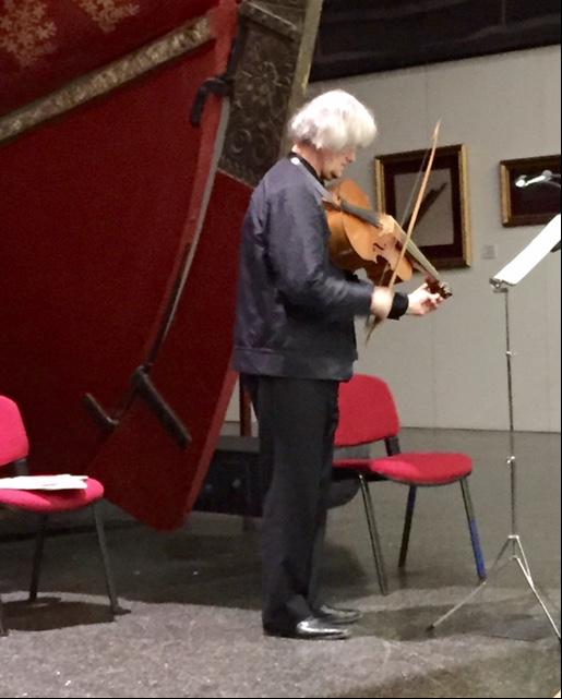 Sigiswald Kuijken, 2004'te violoncello da spalla, omuz çellosu, adıyla bilinen enstrümanı literatüre kazandırmış. Bach'ın çello için olan eserlerini yazarken aklında bu enstrümanın olduğu düşünülüyormuş. Kuijken, bu çalgı ile bize Bach'ın 6 numaralı Çello Süiti'ni dinletti. Fotoğraf: Füsun Kavrakoğlu
