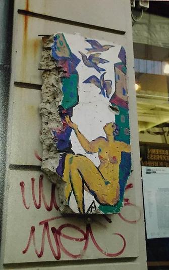 Almanya'yı Doğu ve Batı olarak ikiye bölen Berlin Duvarı'nın her iki yanı protest kişilerce boyanarak, yazı ve sloganlarla bezenmişti. 1989'da Berlin Duvarı yıkıldıktan sonra Duvar'ın bazı parçaları şehrin çeşitli yerlerinde sergileniyordu. 1990 yılında Berlin Duvarı'na ait üzerinde grafiti bulunan 81 parça Monaco'daki müzayedede 1,5 milyon Euro'ya satıldı. Fotoğraf: Füsun Kavrakoğlu