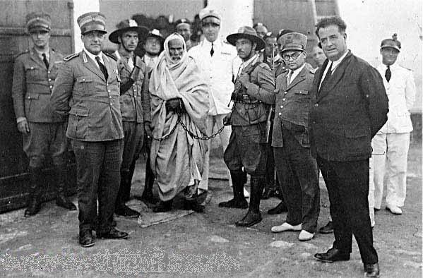 Libya, Araplık ve İslam uğruna cihat ettiği düşünülen Ömer Muhtar'ın İtalyanlar tarafından tutuklanışı. Çöl Aslanı Ömer Muhtar, 1981 ABD Libya ortak yapımı dramatik bir savaş filmidir. Özgün adı Lion of the Desert' tır. Yapımcılığını ve yönetmenliğini Arap asıllı ABD'li sinemacı Mustafa Akkad'ın yaptığı, 1981 yılında gösterime giren Çöl Aslanı Ömer Muhtar adlı filmin önemli rollerinde Anthony Quinn, Oliver Reed, Irene Papas, Rod Steiger, John Gielgud ve Raf Vallone oynamışlardır. Fotoğraf: wikimedia.org