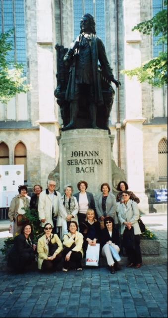 Thomas Kilisesi önündeki Bach heykeli ve Bach'ın izinde gezisini yapan grubumuz, Leipzig, 2000. Augustinusçu tarikat üyeleri tarafından burada önce bir manastır kurulacak, önceleri içinde bir hastane barındıran bu manastır, daha sonra bir okul ve bir koroya sahip olacaktı. Zaman içinde Aziz Thomas'ın adıyla anılmaya başlayan manastırın bünyesinde 1409'da bir üniversite kuruldu; bu, Heidelberg'de 1386'da kurulan ilk üniversiteden sonra Alman topraklarında kurulmuş ikinci kurumdu. 15. yüzyılda yapılan tamir ve eklemelerle, yapı Gotik bir görünüme büründü. Thomas Kilisesi ve özellikle yoksul öğrencilerin ilk eğitimlerini aldıkları Thomas Okulu, yüzyıllar içinde kentin en önemli yapısı oldu. Thomas Kilisesi, 1700'lü yıllardaki kantoru (baş müzik eğitmeni) Johann Sebastian Bach (1685-1750) sayesinde ününü daha da artırdı. Bach'ın okuldaki konumu, rektör ve rektör yardımcısından sonra üçüncü sıradaydı. Bach, bu görevde en uzun süre kalanlardan biri oldu, 27 yıl. Sonraki yıllarda Mozart, burada org çaldı. Napoleon'un askerleri tarafından ise cephanelik olarak kullanıldı.