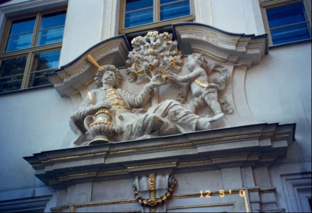 Zum Arabischen Coffee Baum'un girişi, Leipzig, 2000. Burası kentin en eski kahvehanesi. 1694 yılında kapılarını açmış. Bach, Goethe, Lessing, Liszt, Wagner, Berlioz, Schumann buranın müdavimleri imişler. Robert Schumann, Baum'un girişindeki salonlardan birinde, 16 yıl boyunca arkadaşları ile buluşmuş, randevularını hep buraya vermiş. Leipzig'de hukuk okurken, piyano dersleri de almış ve hocasının kızı Clara Wieck'e aşık olmuş ve onunla da hep Baum'da buluşmuş.