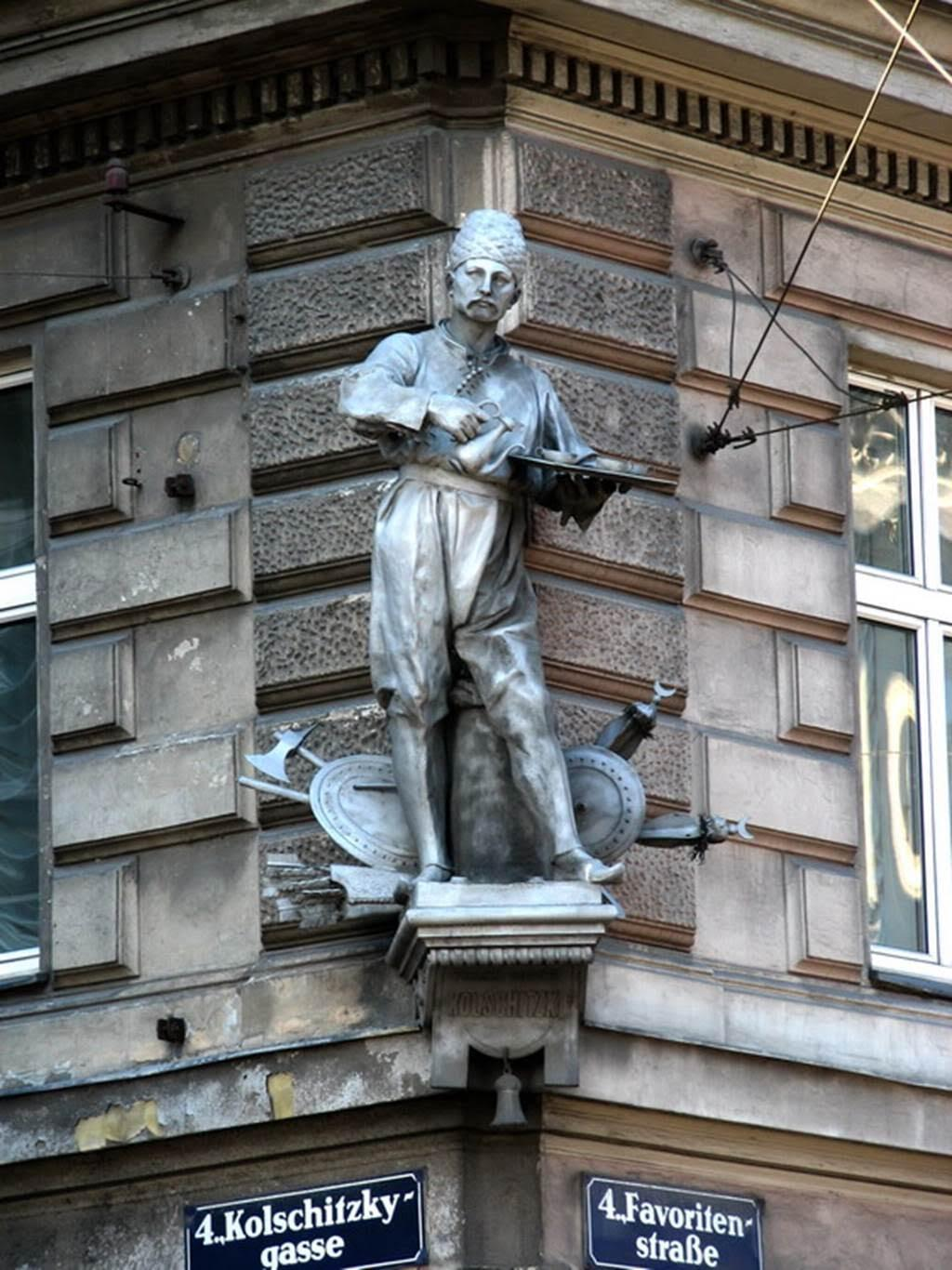 Kulczycki'nin heykeli, Türk nüfusun çokluğundan dolayı günümüzde Küçük İstanbul olarak adlandırılan, Viyana'nın Favoriten Sokağı'nda, bir binanın köşesindedir. Günümüzde Viyanalı kahvehaneci esnafının piri kabul edilen Kulczycki'nin kahve servisini Türk kıyafetleri giyerek yaptığı rivayet edilir. Fotoğraf:alchetron.com