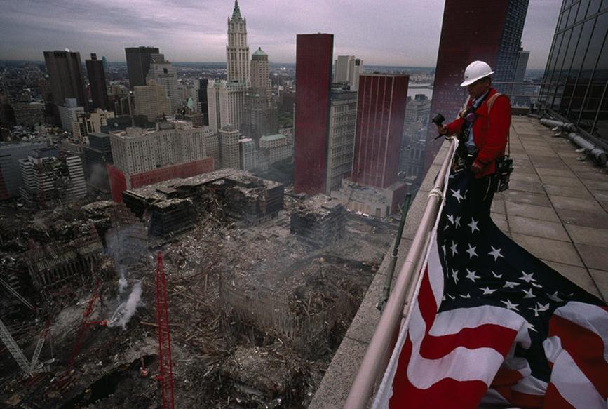 11 Eylül 2001'de, Amerika'ya karşı birçok saldırı gerçekleşti. Bu fotoğraf, New York City'de Dünya Ticaret Merkezi'nin bulunduğu yerdeki bir binanın tepesinden Lynn Johnson tarafından çekildi. Fotoğraf:forum.shiftdelete.net